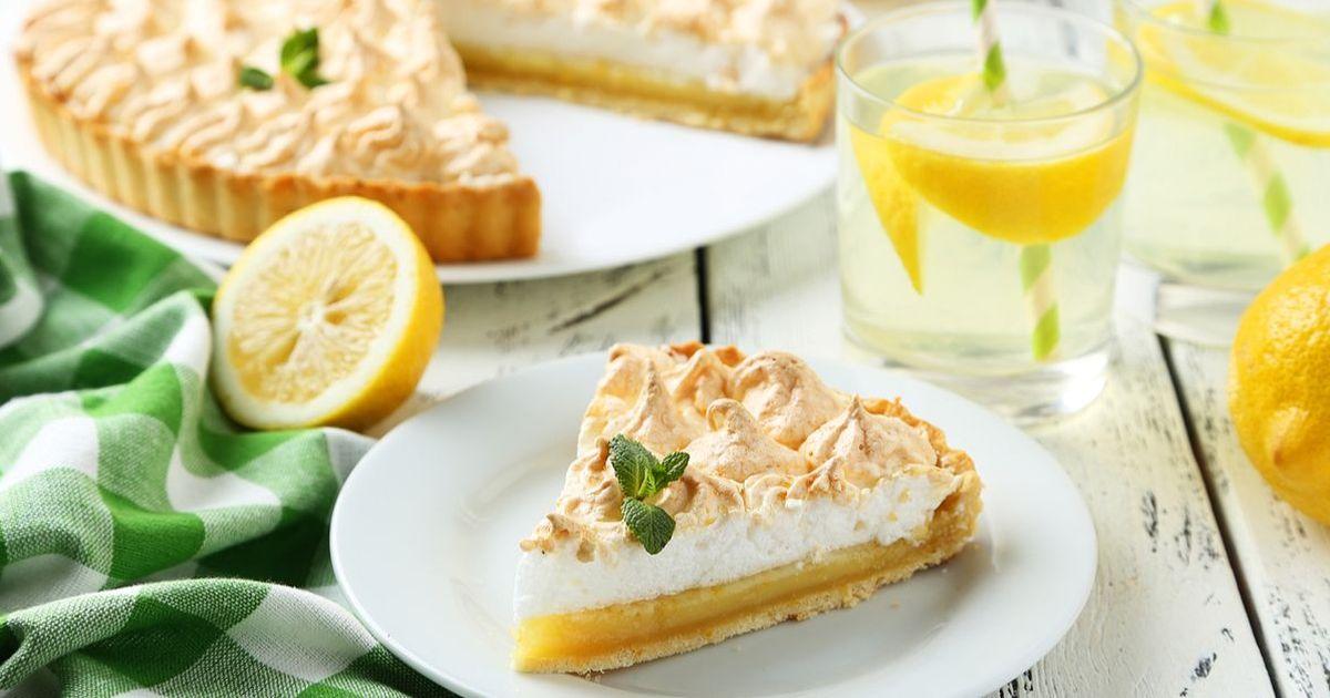 Фото Лимонный пирог-безе обладает разнообразной вкусовой гаммой и подарит вам невероятное наслаждение. Этот пирог точно станет хитом любого стола, ведь он очень нежный и легкий, а выглядит очень красиво и аппетитно. Не пропустите!