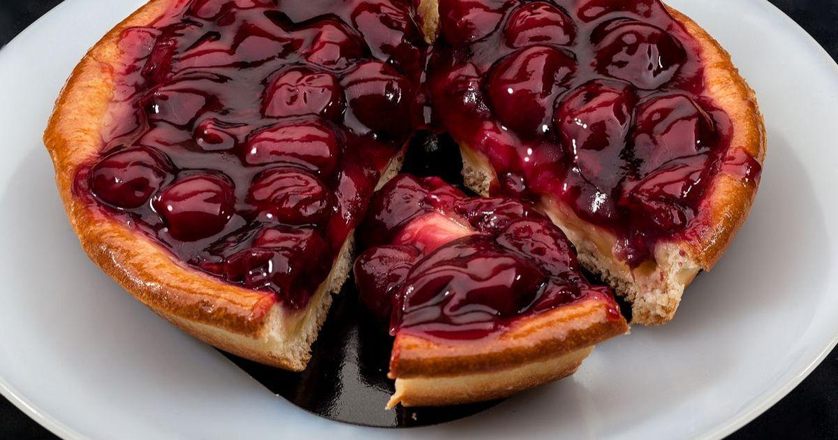 Фото Этот известнейший во французской кухне пирог - отличный рецепт, чтобы порадовать своих любимых сладким и вкусным угощением. Песочное тесто получается рассыпчатым и нежным, а начинка из вишен легкой и тающей во рту.