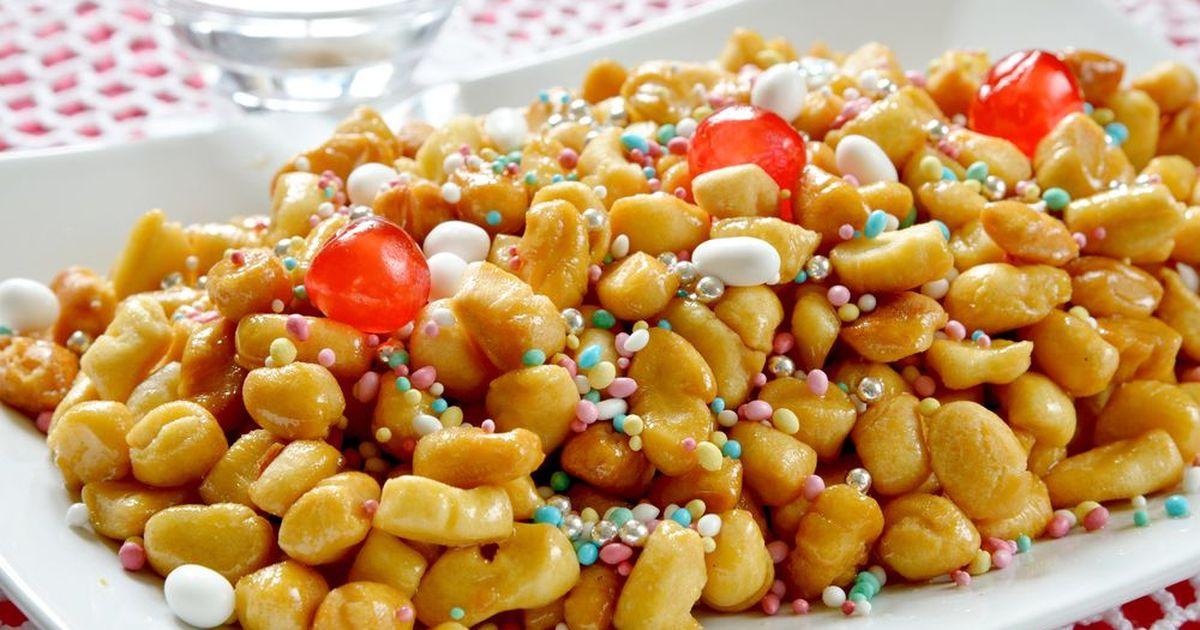 Фото Струффоли - это очень вкусный десерт родом из Неаполя. Жаренные во фритюре кусочки теста получаются внутри мягкими, а снаружи с хрустящей корочкой. Медовый сироп делает этот необычный десерт сладким, он очень хорошо подойдет для праздничного