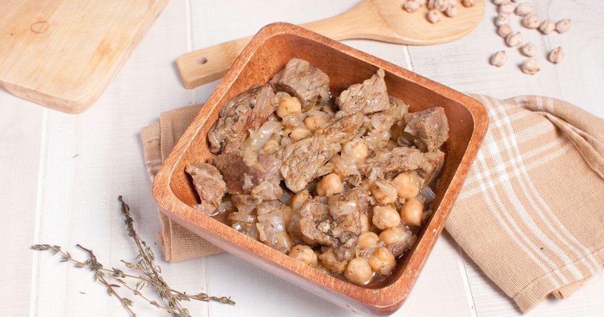 Фото Гуштнут - блюдо узбекской кухни, представляющее собой говядину, тушеную с нутом. Блюдо настолько вкусное, что хочется его повторять бесконечно и угощать всех гостей. Кусочки говядины получаются нежнейшими, а нут - мягким и сочным. Благодаря которую