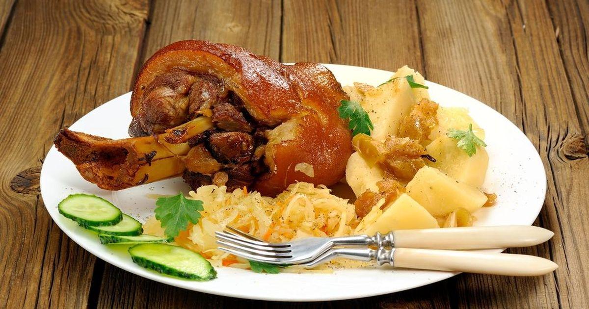 Фото Свиная рулька с тушеной капустой и картофелем