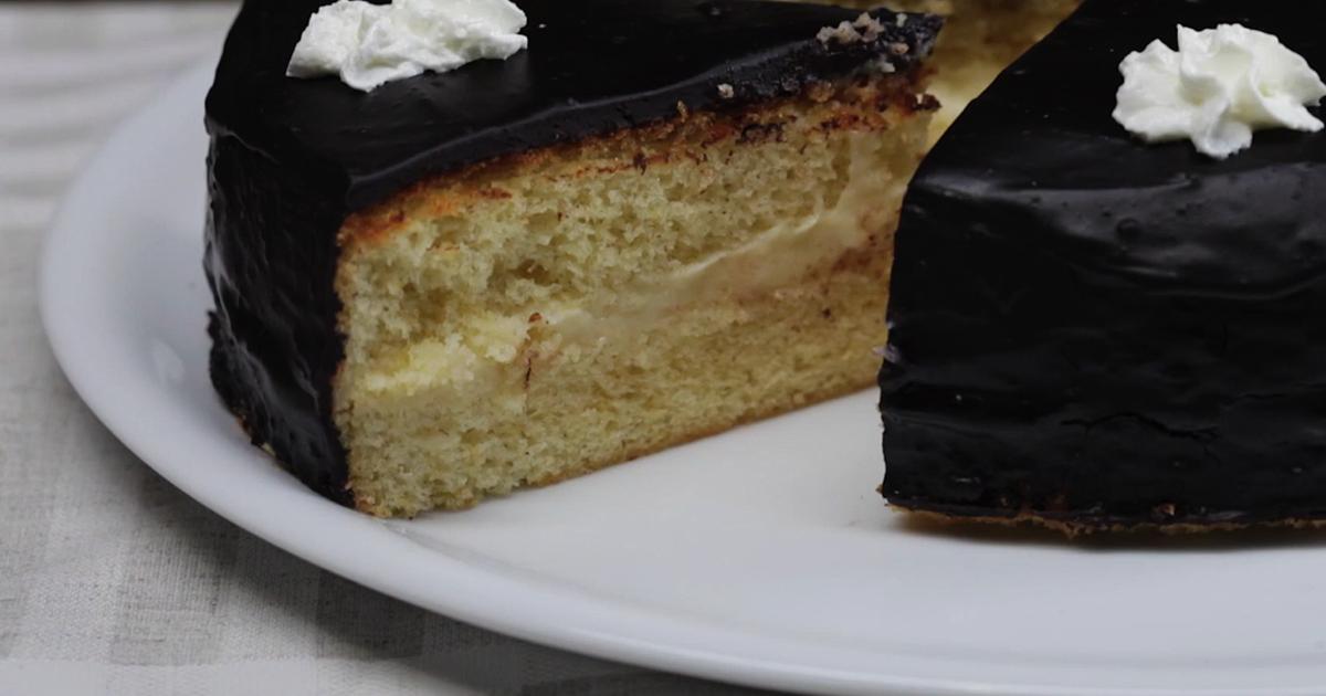 """Фото Невероятно вкусный и нежный торт """"Чародейка"""", наверное, знаком каждому. Но не каждый знает что приготовить его в домашних условиях не составляет огромной сложности. Бисквитные коржи, смазанные заварным кремом и покрытые шоколадной глазурью - для"""