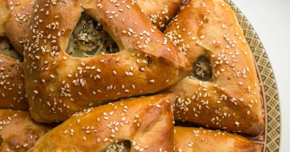 Фото Эчпочмак - очень вкусные треугольные пирожки из дрожжевого теста башкирской и татарской кухни. Начинка в этих пирожках получается сочной благодаря бульону, говядине и картошке в составе, а тесто выходит пышное и нежное. Ваши домашние вмиг сметут со