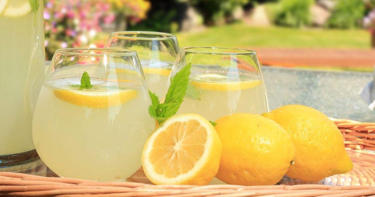 Фото Домашний лимонад — это натуральный прохладительный напиток без красителей и консервантов. Кисло-сладкий, с лёгким мятным ароматом, он утолит жажду и насытит витамином С. Такой лимонад можно без опасений давать детям, а взрослым он напомнит любимый