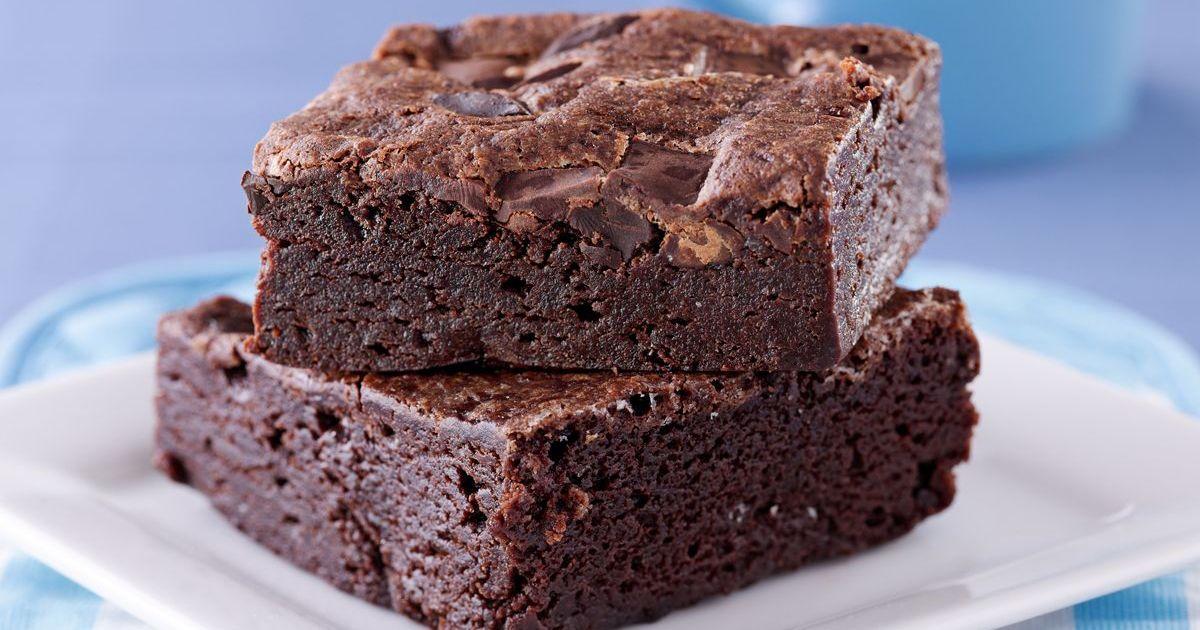 Фото Брауни - тот самый рецепт, который получается будто бы влажный внутри. В нем нет разрыхлителя, поэтому он плотнее, чем бисквит, но при этом консистенция такова, что кекс просто тает во рту.