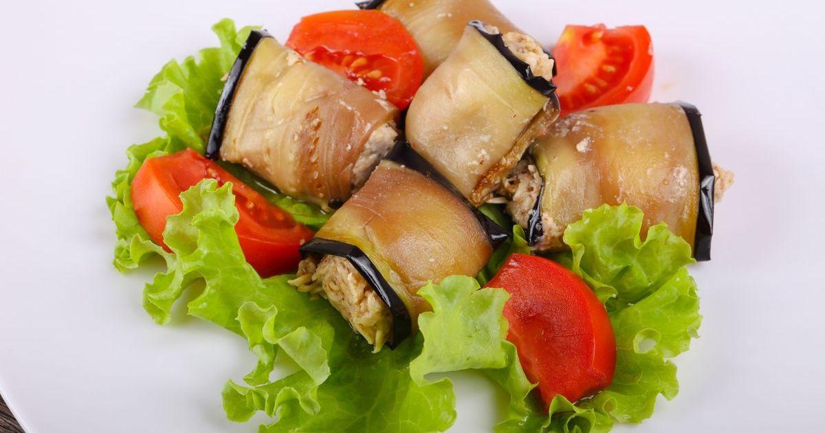 Фото Рулетики из баклажана с фетой и помидорами