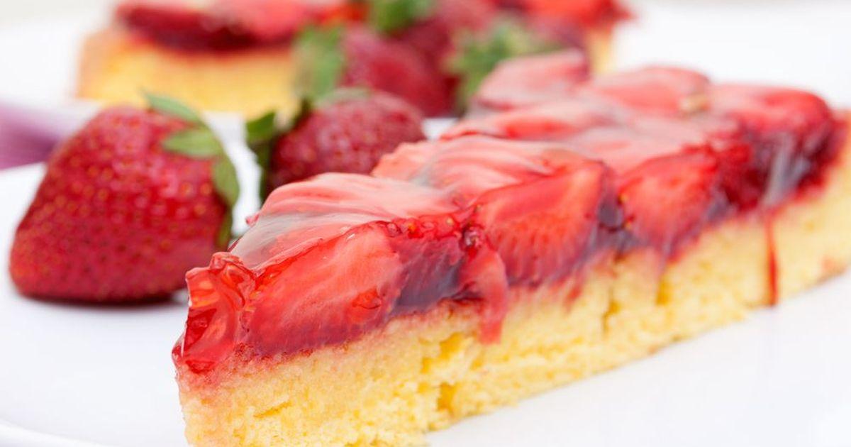 Фото Бисквитный торт с клубничным желе