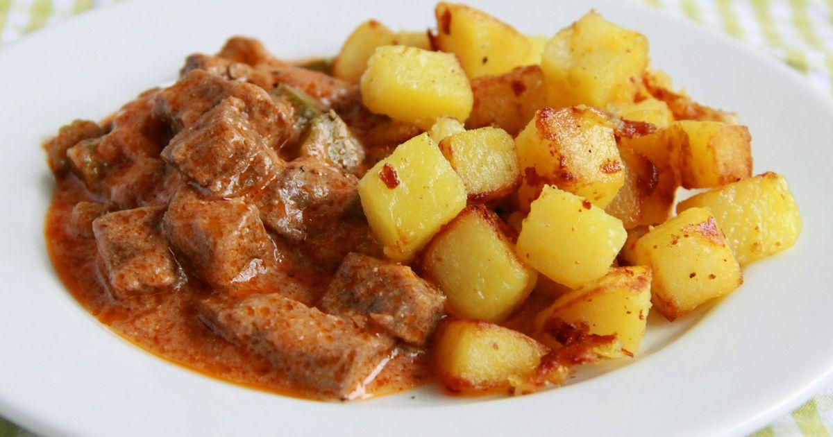 Фото Тушеная говядина в томатном соусе с маринованными огурцами