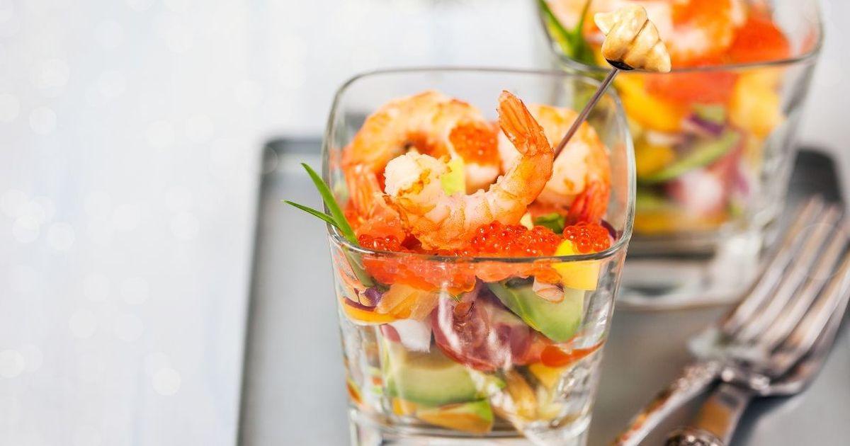 Фото Изысканный салат с авокадо, креветками и красной икрой