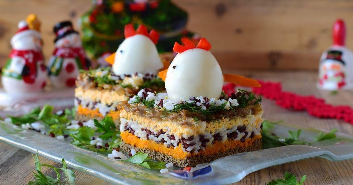 Фото Аппетитный праздничный салат с рисом и куриной печенью