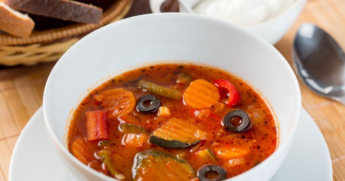 Фото Томатный суп с овощами и маслинами