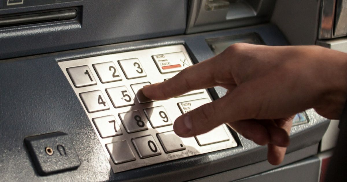 Фото Что делать, если карта осталась в банкомате?