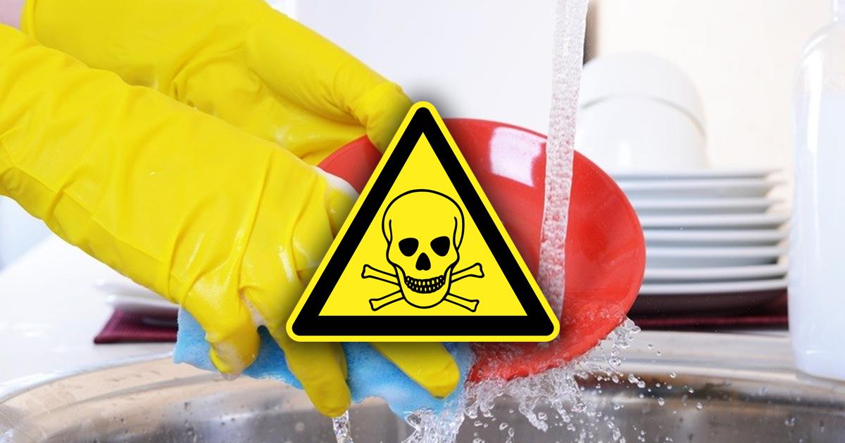 Фото Стакан химикатов. Чем опасны средства для мытья посуды
