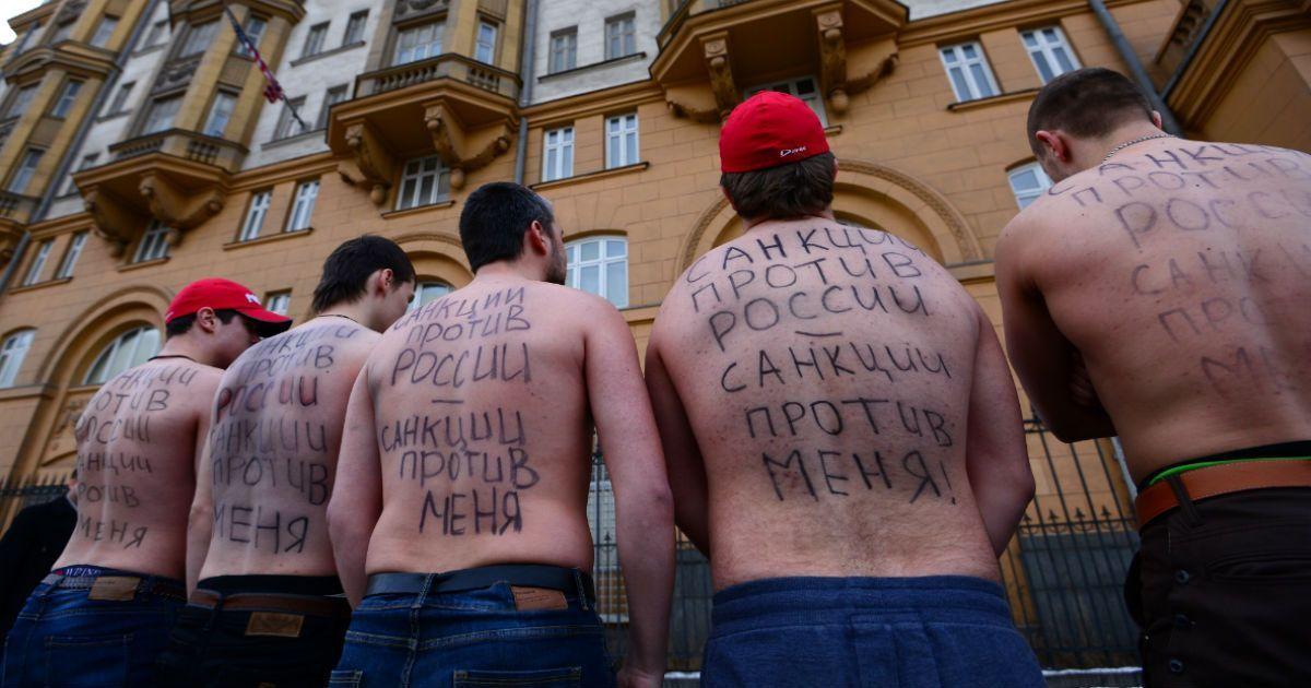 """Фото Что будет с рублем и банками. Ударят ли по вам """"адские"""" санкции США"""
