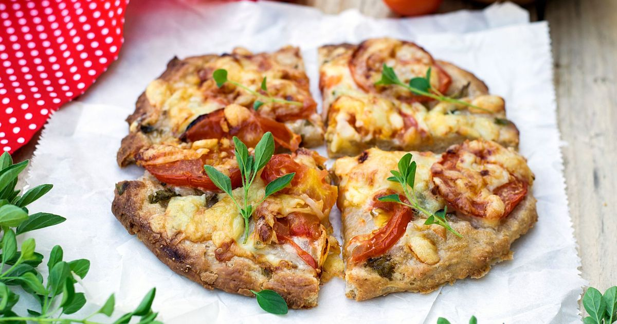 Фото Пицца в домашних условиях с курицей, помидорами и сыром