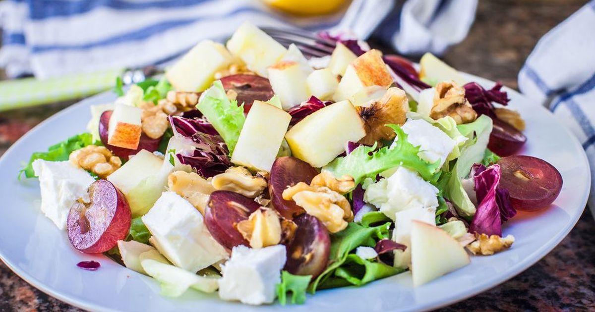 Фото Французский салат с виноградом и грушей
