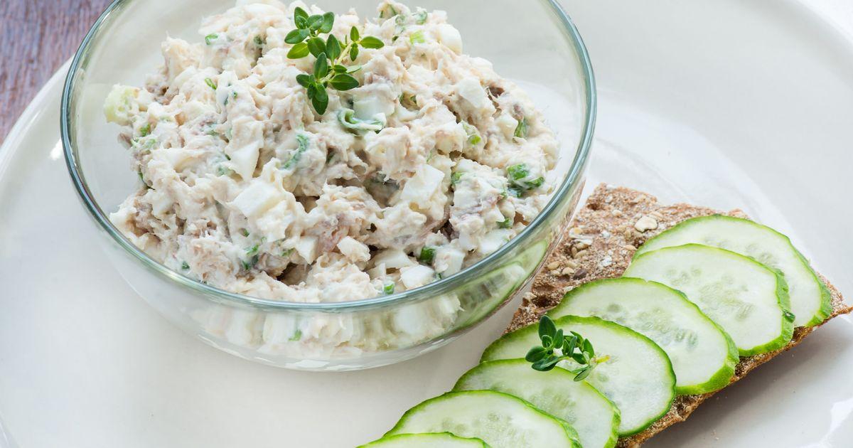 Фото Салат с консервированным тунцом, яйцами и огурцом