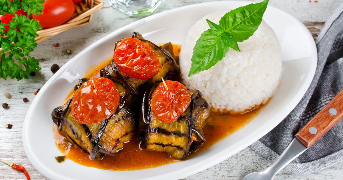 Фото Фаршированные узелки из баклажанов с аппетитной мясной начинкой запекаются в духовке в томатном соусе. Сверху на кебаб выкладываются дольки помидоров, закреплённые деревянными шпажками… ммм! Получается очень вкусно и выглядят потрясающе! На гарнир к
