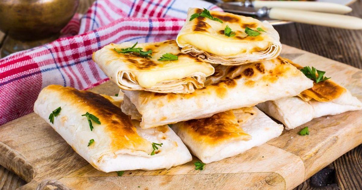 Фото Аппетитный лаваш, жареный с сыром