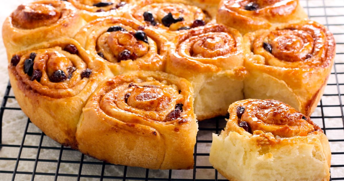 Фото Знаменитые Сhelsea buns, как и футбольная команда, названные в честь района Лондона. Эти ароматные булочки, пуховые на ощупь, с большим количеством начинки, со сладким сахарным сиропом, на протяжении нескольких столетий продаются во всех булочных и