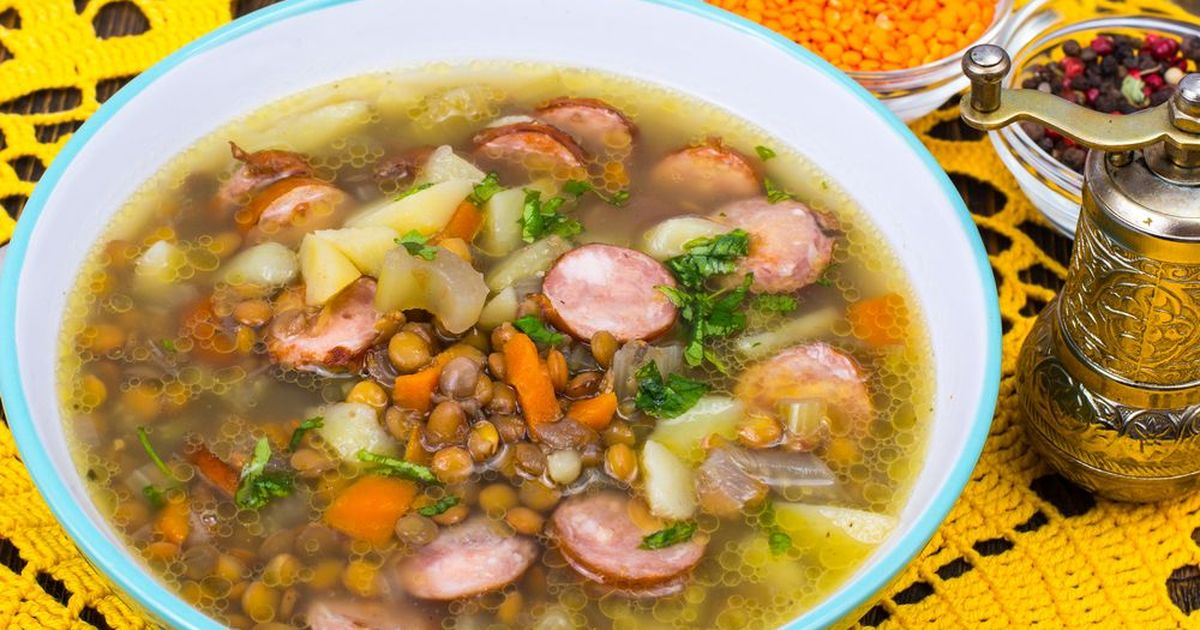 Фото Суп с чечевицей, сельдереем и сосисками