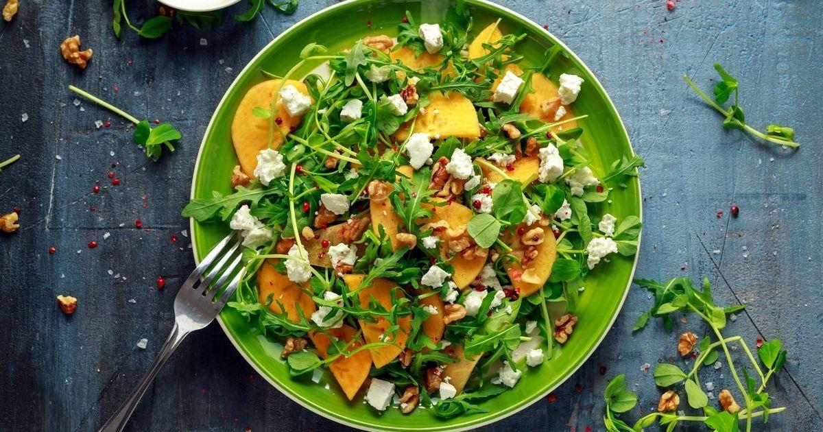 Фото Аппетитный салат с рукколой, фетой и хурмой