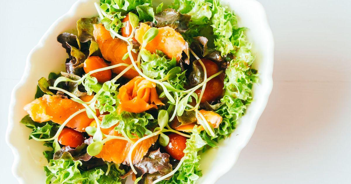 Фото Овощной салат с копченым лососем