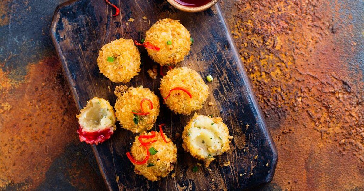 Фото Жареные сырные шарики в клюквенном соусе