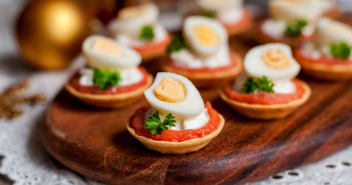Фото Тарталетки с сёмгой, сливочным сыром и перепелиными яйцами