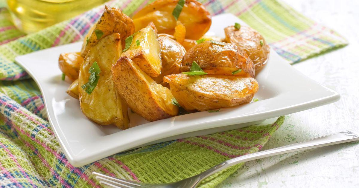 Фото Запеченный картофель с чесноком и петрушкой