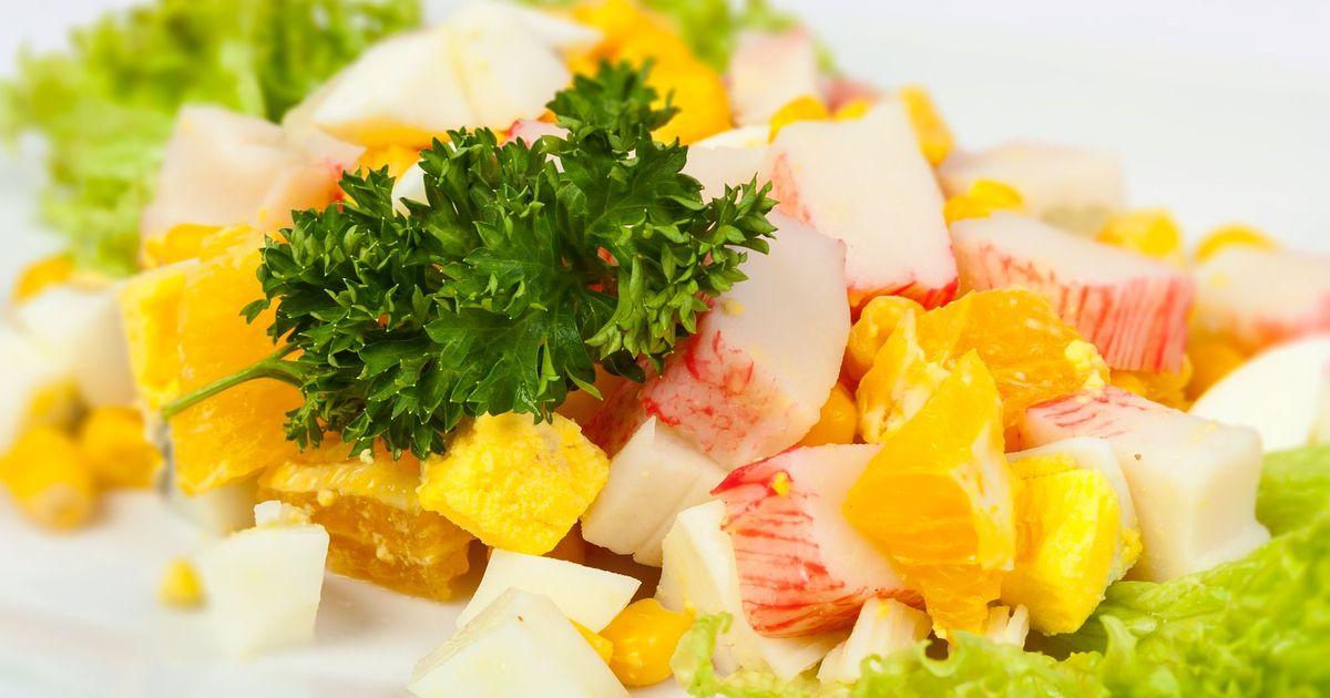 Фото Салат с апельсинами, кукурузой и крабовыми палочками