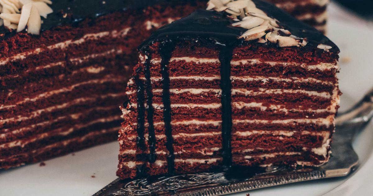 Фото Знаменитый торт «Спартак» для многих людей является любимым десертом. И не зря! Восхитительное сочетание тонких шоколадно-медовых коржей, заварного крема и шоколадной глазури не оставит равнодушным ни одного любителя сладкого, особенно любителя Торт