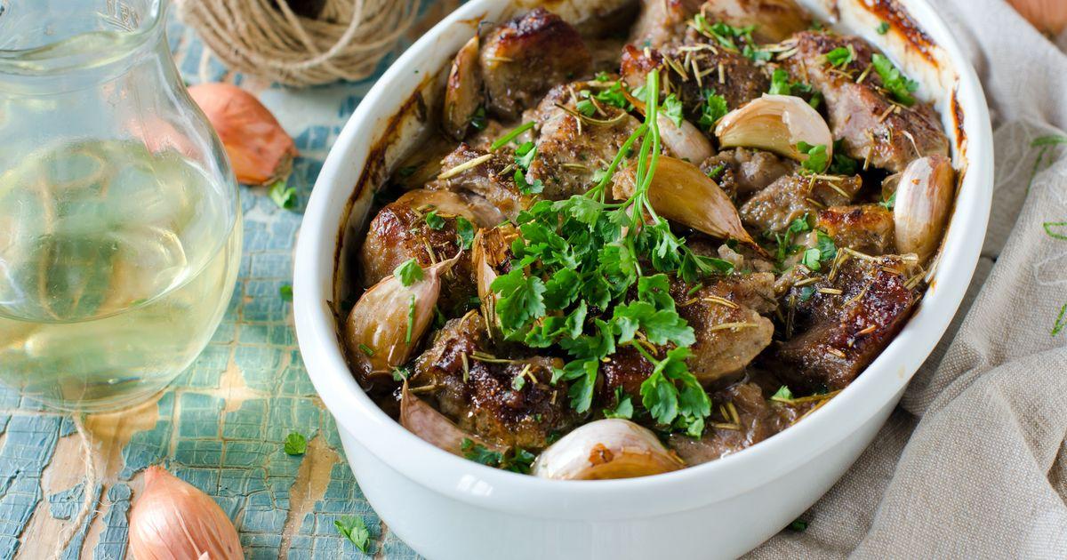 Фото Свинина в луковом маринаде, запеченная с чесноком
