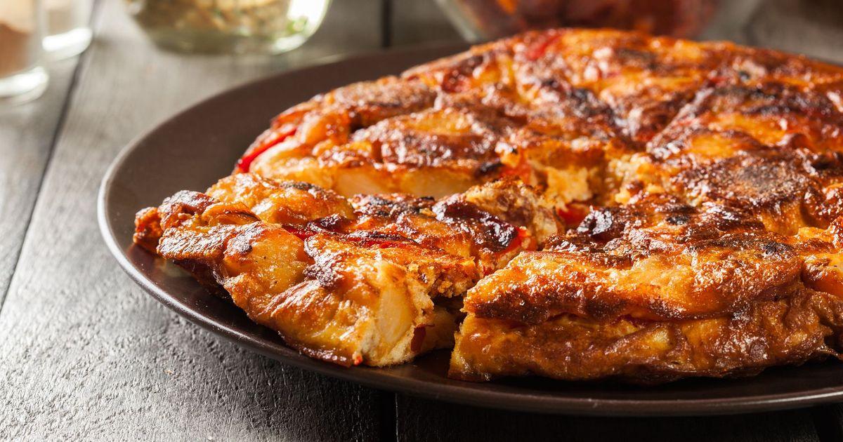 Фото Запеченный омлет с колбасой, паприкой и сыром