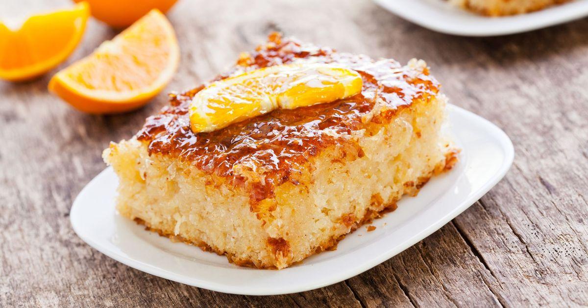 Фото Апельсиновый пирог - это любовь с первого кусочка! Чтобы его приготовить вам понадобится минимум ингредиентов и усилий. Очень экономичный, а поэтому доступный каждому, он станет отличным дополнением к чашечке чая. Пирог будет иметь потрясающий а и в