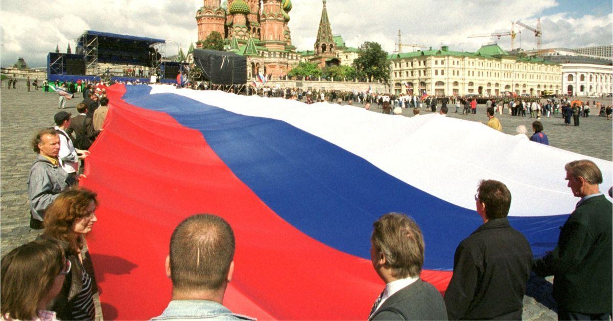 """Фото Триколор """"КГБ"""". Что означает флаг России и его цвета"""