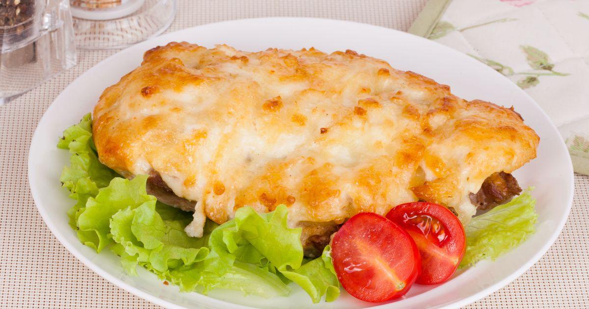 Фото Мясо по-французски – популярное блюдо, которое получается всегда, даже при отсутствии кулинарных навыков. Сочный кусок мяса запекается на кольцах лука с картофелем и помидорами под аппетитной корочкой сыра и вызывает положительные эмоции у всех для
