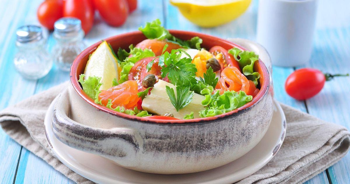 Фото Весенний салат с лососем и помидорами черри