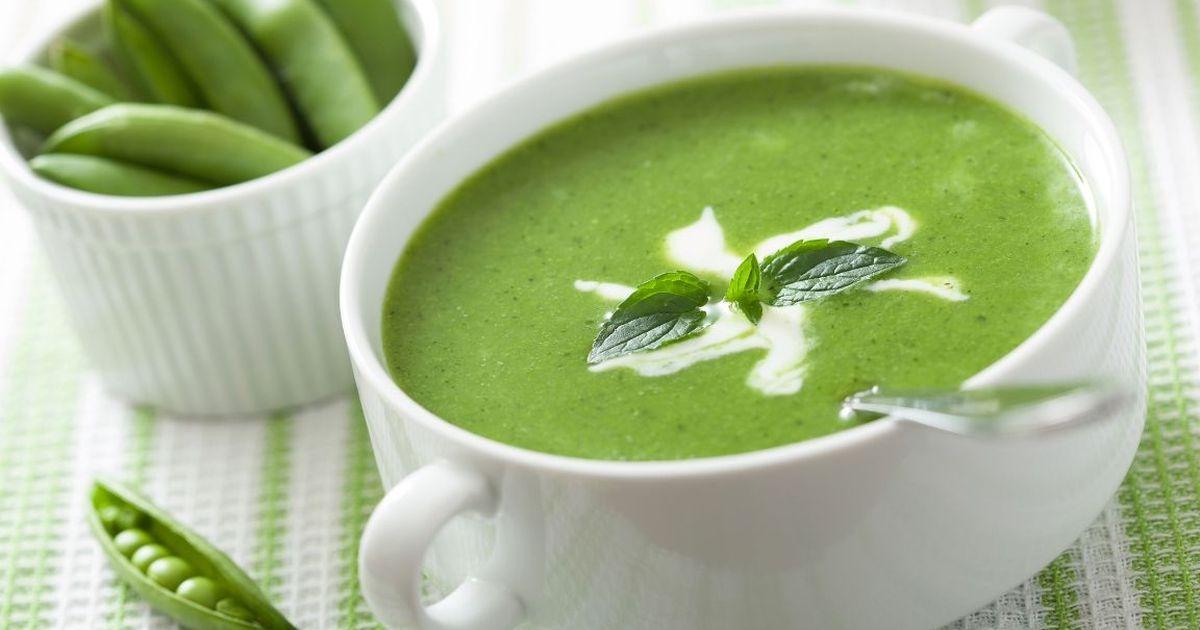 Фото Совсем скоро зеленый горошек появится на прилавках магазинов, поэтому следует уже сейчас запастись рецептами вкусных блюд из него. Хотим предложить вам приготовить красочный и вкусный крем-суп. Это блюдо будет полезным, освежающим и красивым.