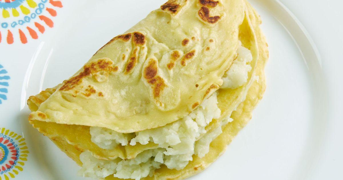 Фото Кыстыбый - это традиционное татарское блюдо, которое представляет собой пресную лепешку с начинкой. Чаще всего начинка состоит из картофельного пюре, реже - из пшенной каши. Несмотря на кажущую сложность, блюдо это готовится дома очень легко.