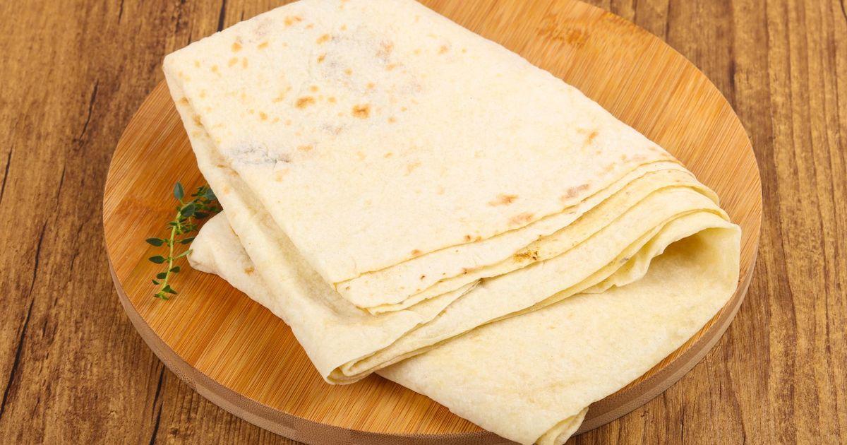 Фото Армянский лаваш мы часто используем вместо хлеба, но также он является универсальным компонентом для различных видов закусок. В магазине они не всегда вкусные. А вот домашний тонкий армянский лаваш точно понравится и вам, и вашим близким.