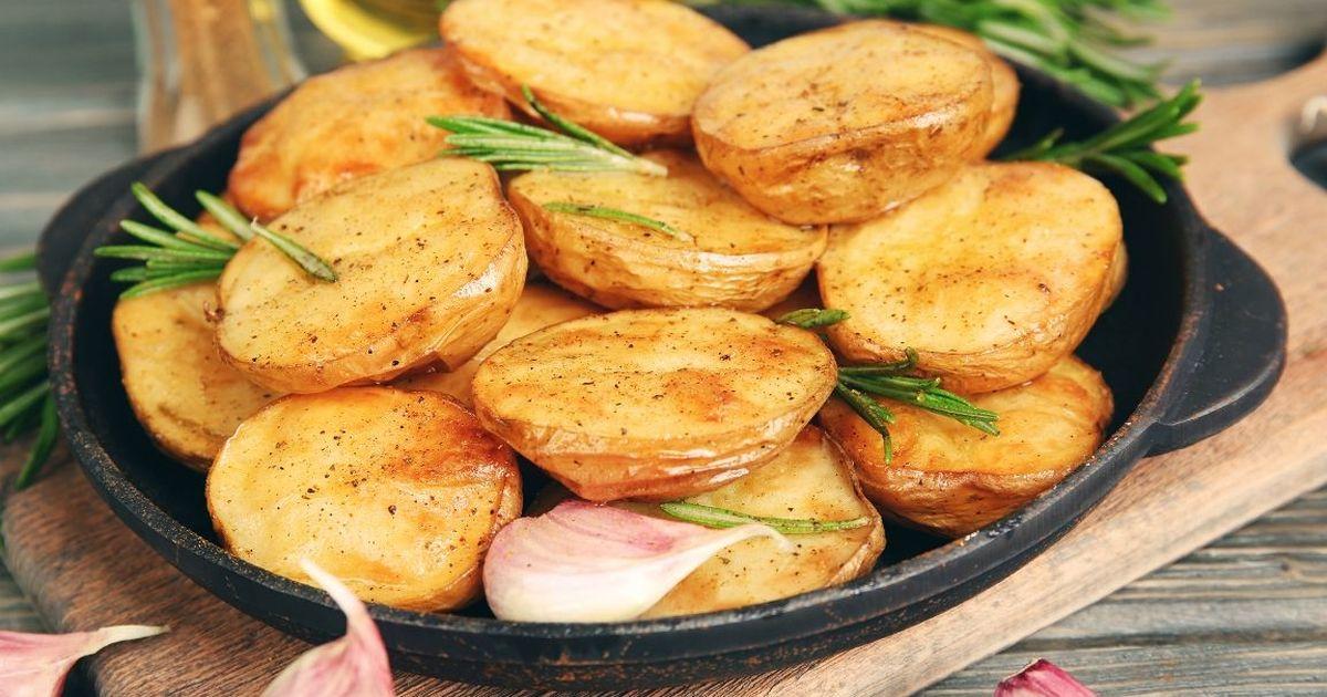 Фото Ароматный запечённый картофель с розмарином и чесноком