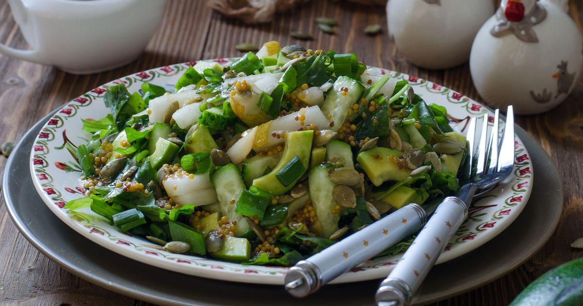 Фото Салат с авокадо, грушей, огурцами и тыквенными семечками