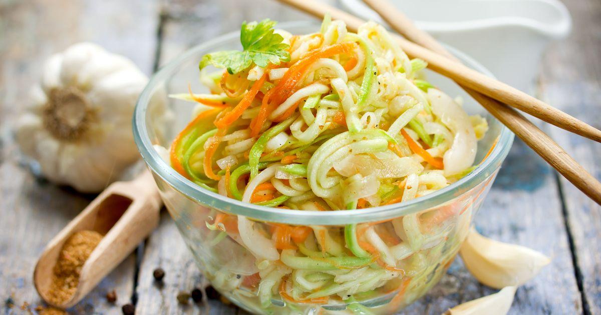 Фото Предлагаем вам ещё один рецепт вкусной закуски на азиатский манер – в этот раз из кабачков! Пикантный салат подойдет и для праздника, и для повседневного ужина, а готовится всего за 2 часа. Его можно подавать на гарнир к мясу либо в сочетании с или