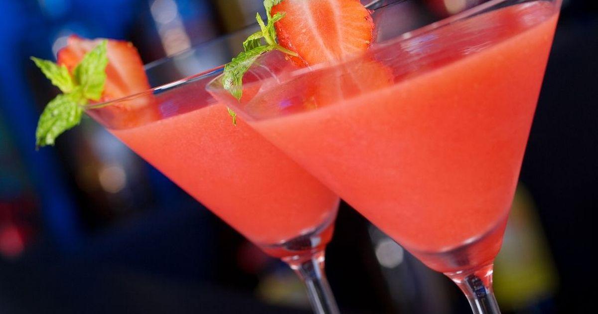 Фото Вкуснейший алкогольный коктейль на основе рома с ярким клубничным акцентом