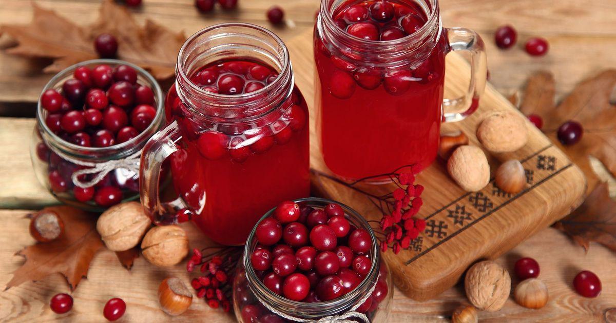 Фото Пока сезон ягод в самом разгаре, пора делать заготовки на зиму. Мы приготовили для вас рецепт вишневого компота. Он получается очень вкусным, в меру сладким и с приятной кислинкой. Холодными зимними вечерами этот компотик будет напоминать вам о