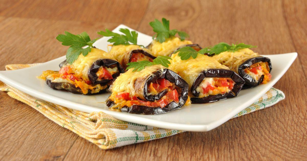 Фото Фаршированные баклажаны с помидорами и сыром