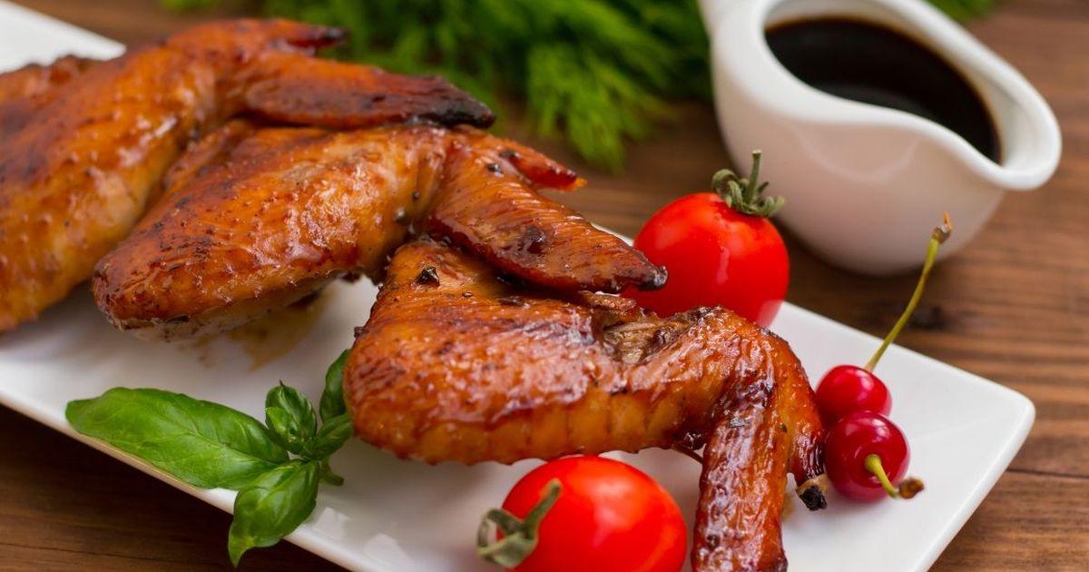 Фото Аппетитные куриные крылышки в медово-соевом соусе