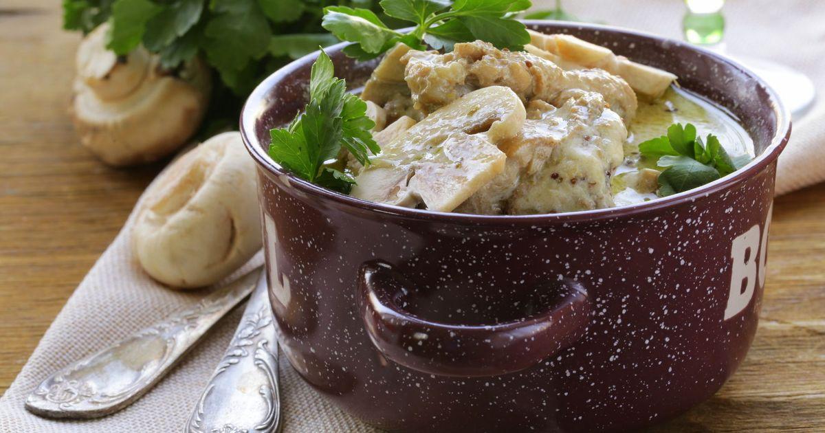 Фото Тушеная курица с грибами в сливочном соусе