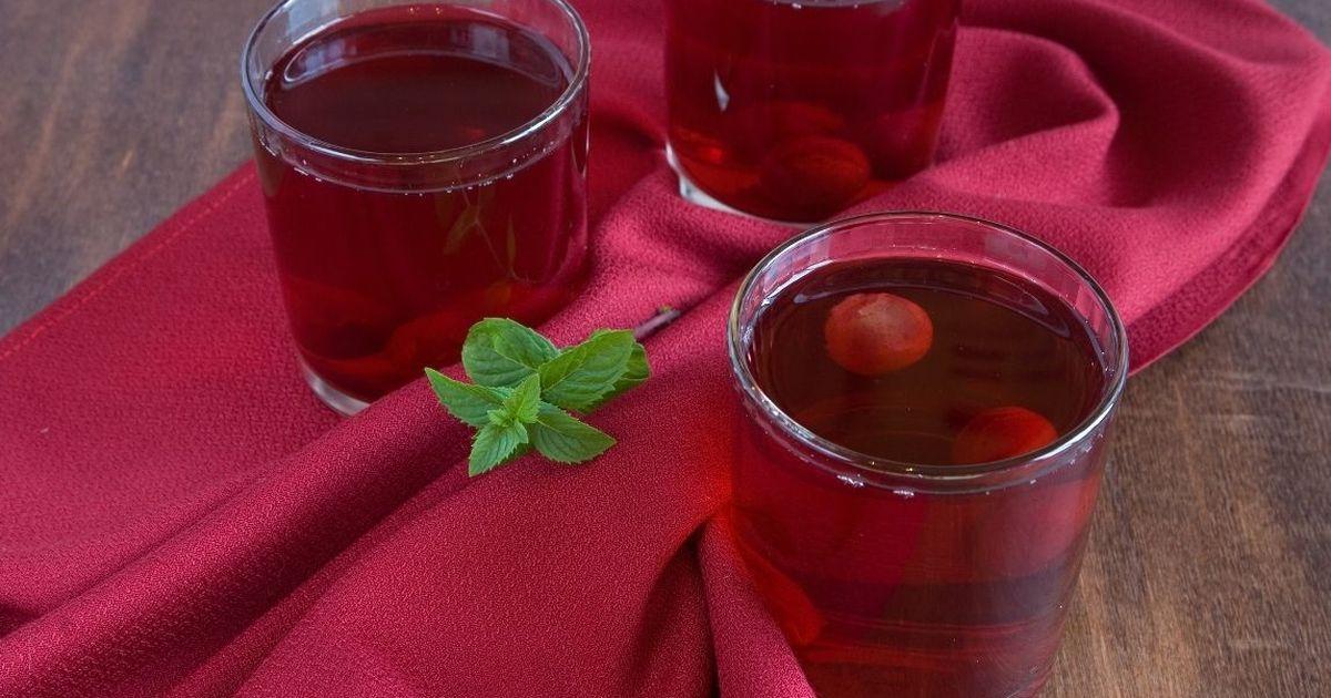 Фото Ароматный компот из вишни с малиной и мятой